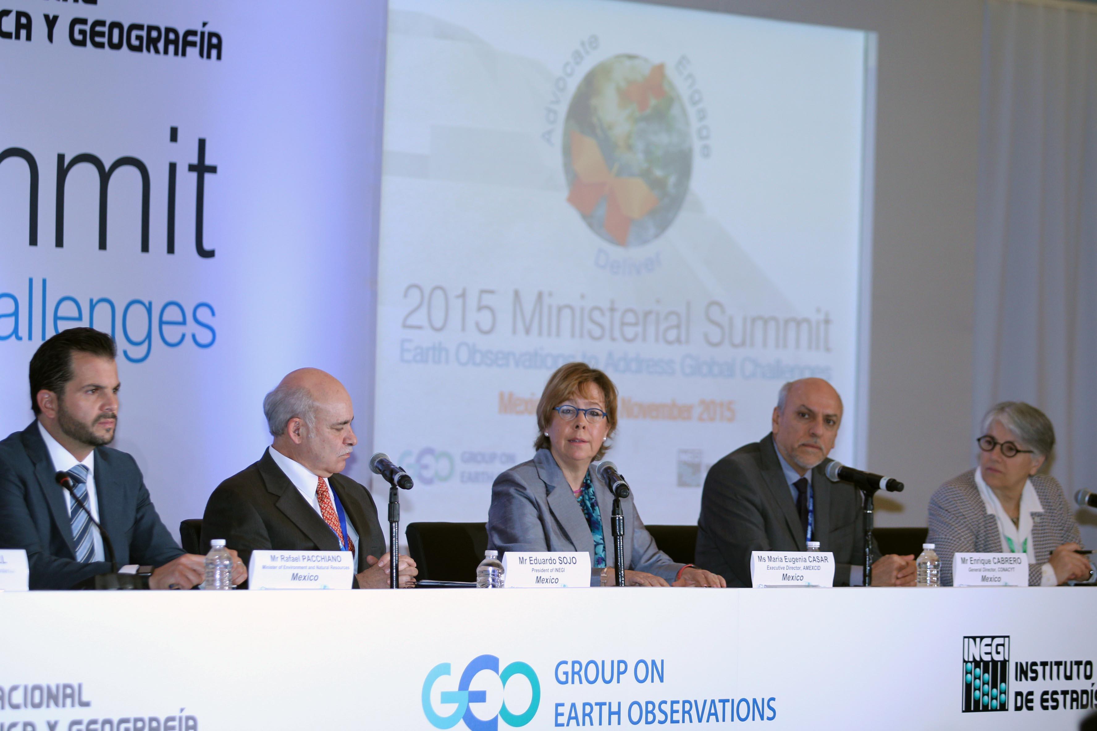 María Eugenia Casar (al centro) habla en la Cumbre Ministerial 2015 del Grupo de Observadores de la Tierra
