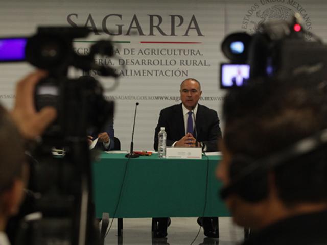 Conferencia de prensa ofrecida por el secretario José Calzada Rovirosa.