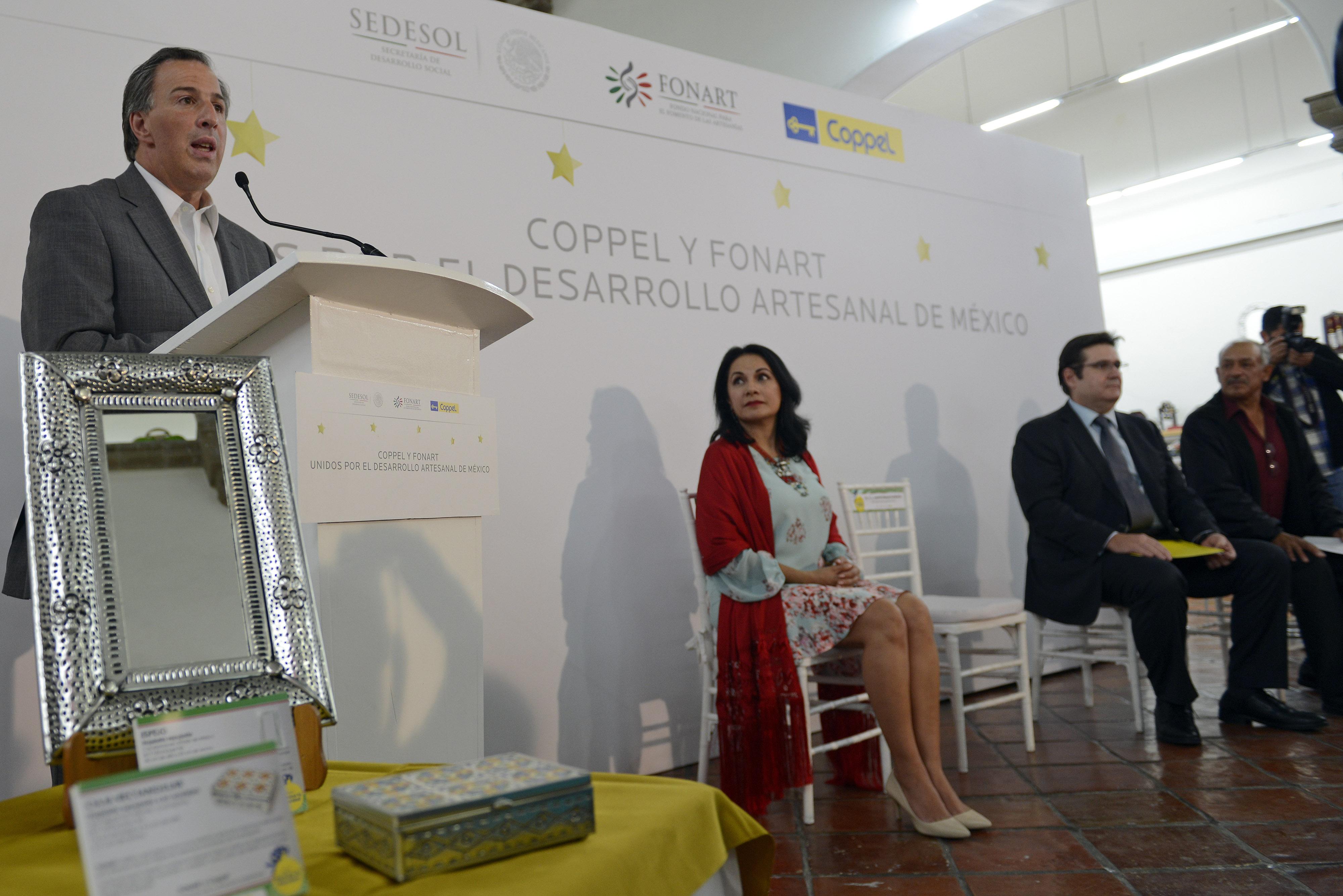 """El secretario José Antonio Meade Kuribreña durante el evento """"Coppel y Fonart unidos por el desarrollo artesanal de México"""
