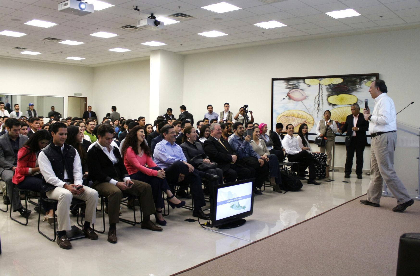 El secretario José Antonio Meade en su diálogo con universitarios