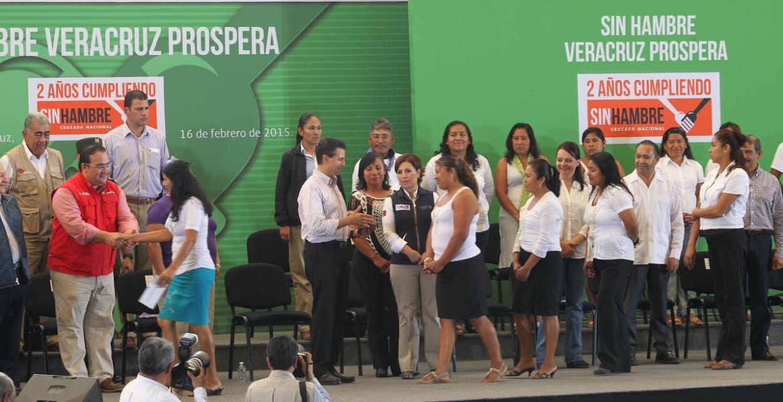 Paula Hernández Olmos, coordinadora nacional de PROSPERA, Programa de Inclusión Social, informa los logros alcanzados al Presidente Enrique Peña Nieto y a la secretaria de Desarrollo Social, Rosario Robles Berlanga