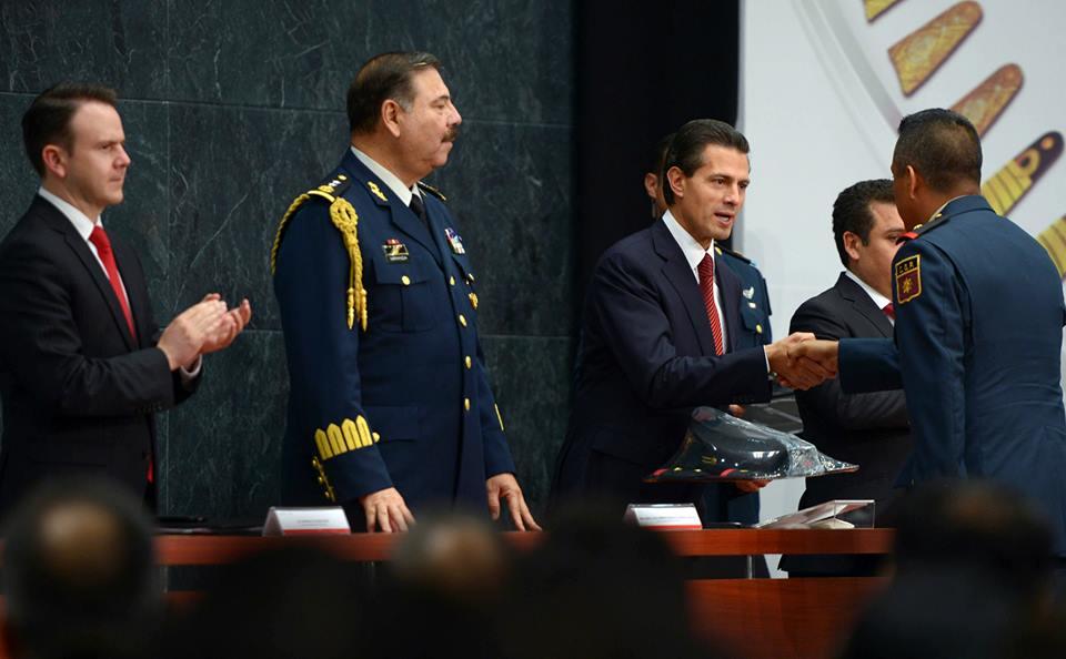 El Primer Mandatario encabezó la ceremonia de ascensos del personal del Estado Mayor Presidencial, realizada en el marco del 105 Aniversario del inicio de la Revolución Mexicana.