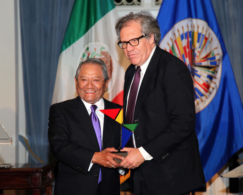 Armando Manzanero con Luis Almagro Lemes, Secretario General de la OEA