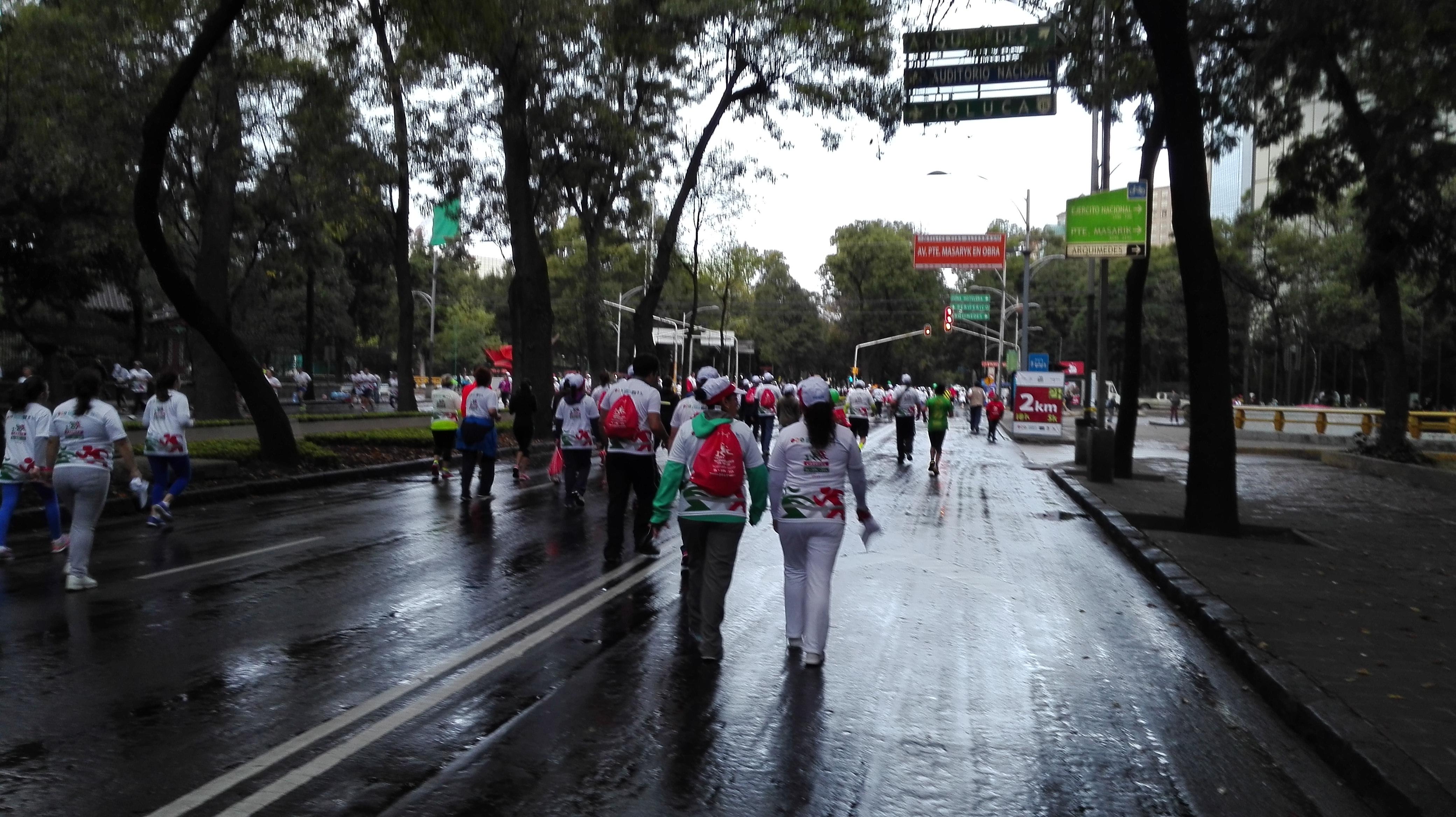 Inicia a las 07:00 horas. La salida y meta será la explanada de la Estela de Luz, frente a la entrada de los Leones del Bosque de Chapultepec.