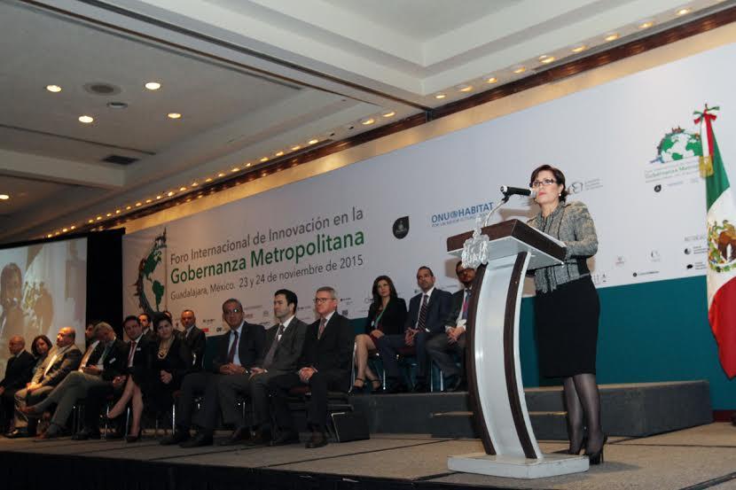 La titular de SEDATU, Rosario Robles Berlanga, inaugura desde el pódium el Foro Internacional de Innovación en la Gobernanza Metropolitana ante un centenar de panelistas e invitados especiales, entre los que destacan el gobernador de Jalisco, Aristóteles.