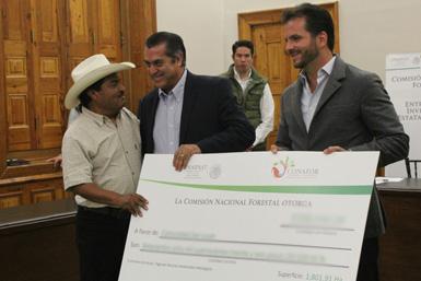 Entrega de recursos a ejidatarios de Nuevo León.