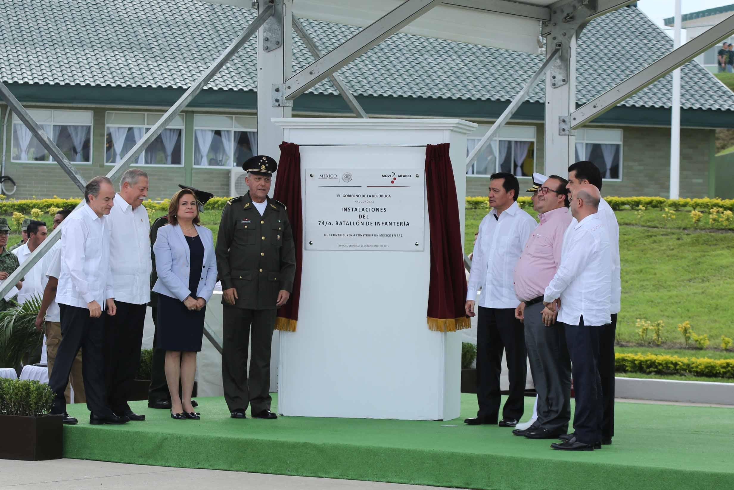Miguel Ángel Osorio Chong, Secretario de Gobernación, con la representación del Presidente de la República, Enrique Peña Nieto, en la inauguración de las instalaciones del 74° Batallón de Infantería en Tempoal, Veracruz
