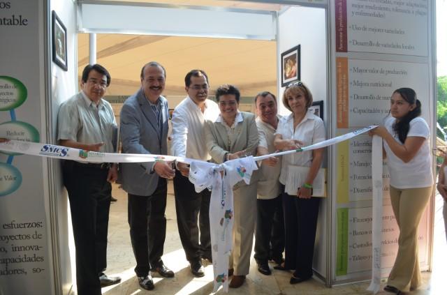 El oficial mayor de la dependencia, Marcos Bucio Mújica, con la representación del titular de la SAGARPA, Enrique Martínez y Martínez, inauguró la Reunión Nacional de Capacitación 2013.