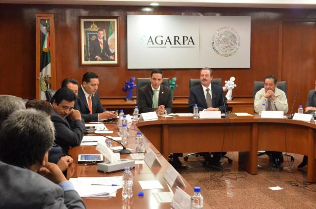 Enrique Martínez y Martínez con legisladores