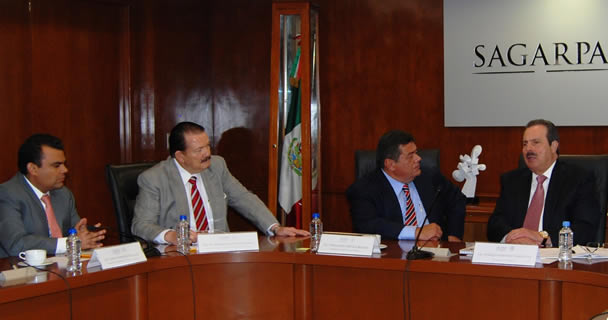 El secretario Enrique Martínez y Martínez y el gobernador Fernando Ortega Bernés firmaron el Convenio Marco de Colaboración 2013 para impulsar proyectos productivos agropecuarios y pesqueros en la entidad