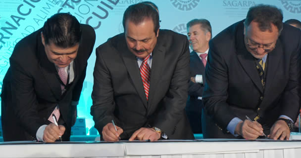 El secretario Enrique Martínez y Martínez y el presidente del Consejo Directivo de México Calidad Suprema, Juan Alberto Laborín Gómez, firmaron el acuerdo para la constitución del Comité Técnico de la marca oficial