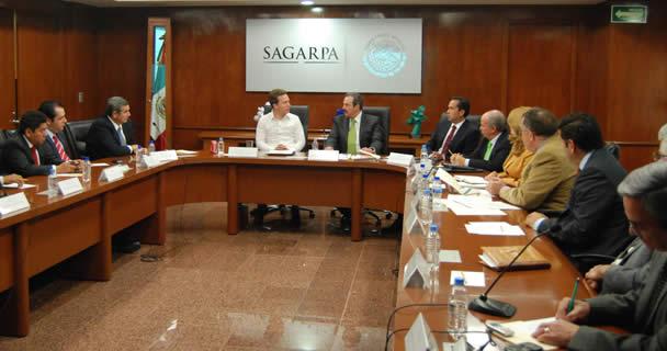 Para activar programas y proyectos estratégicos en el sector agroalimentario de la entidad, a través de la firma del Convenio Marco de Coordinación 2013.