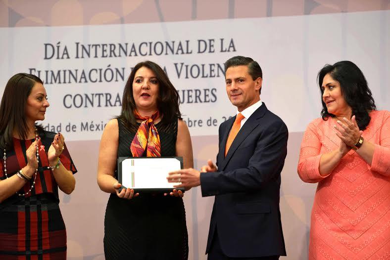 """""""Con su esfuerzo y participación, será posible mejorar no sólo la vida de las niñas y mujeres mexicanas, sino de todo el país, porque ustedes las mujeres de México son el motor del desarrollo de nuestra nación"""", aseguró el Primer Mandatario."""