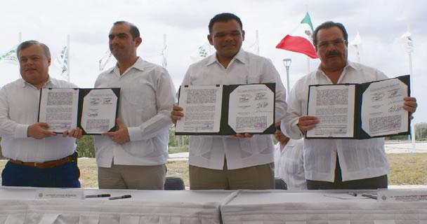 El secretario Enrique Martínez y Martínez y el Gobernador Rolando Zapata Bello