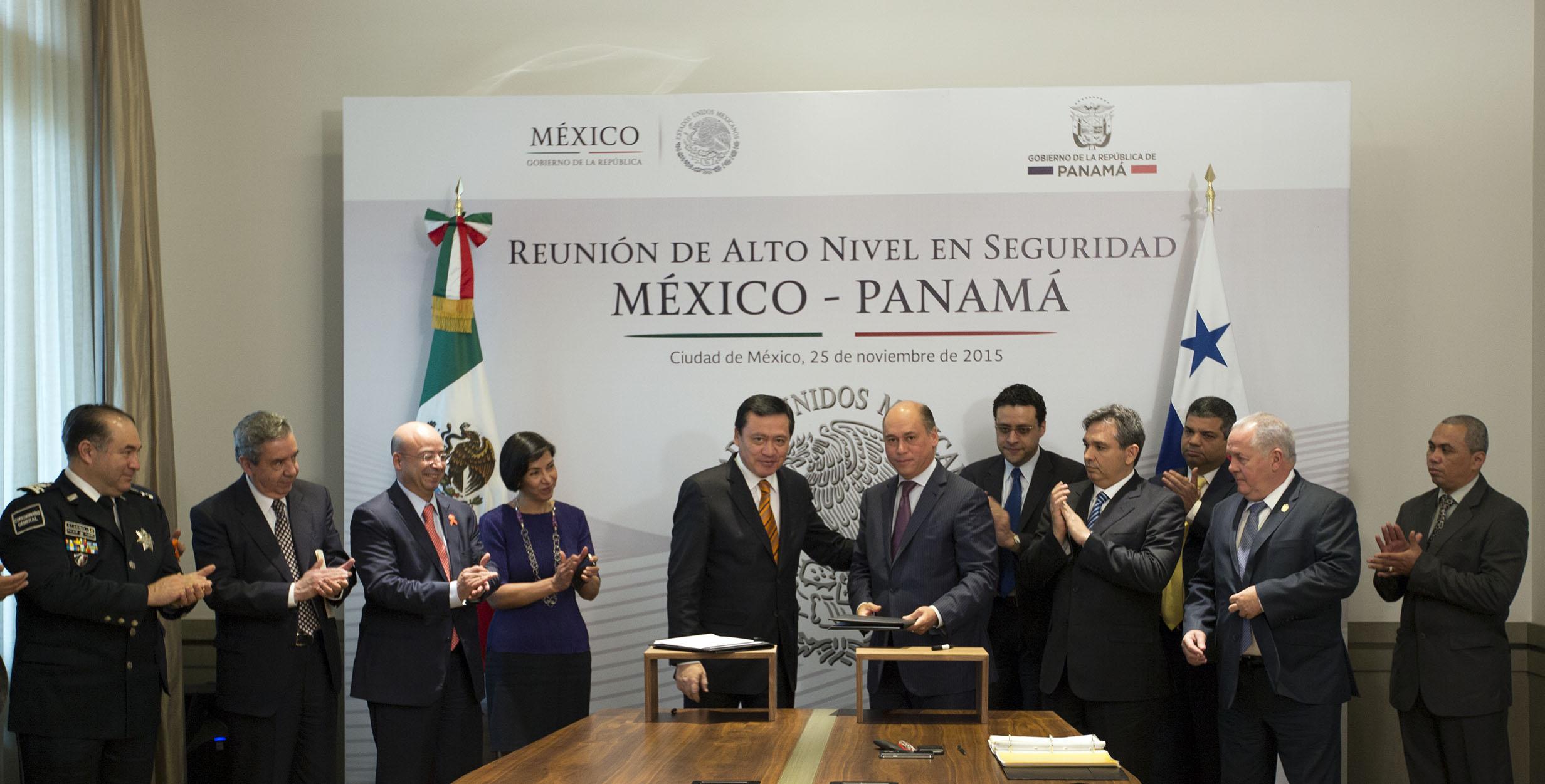 El Secretario de Gobernación, Miguel Ángel Osorio Chong, y el Ministro de Seguridad de Panamá, Rodolfo Aguilera Franceschi, durante la Reunión de Alto Nivel de Seguridad México-Panamá