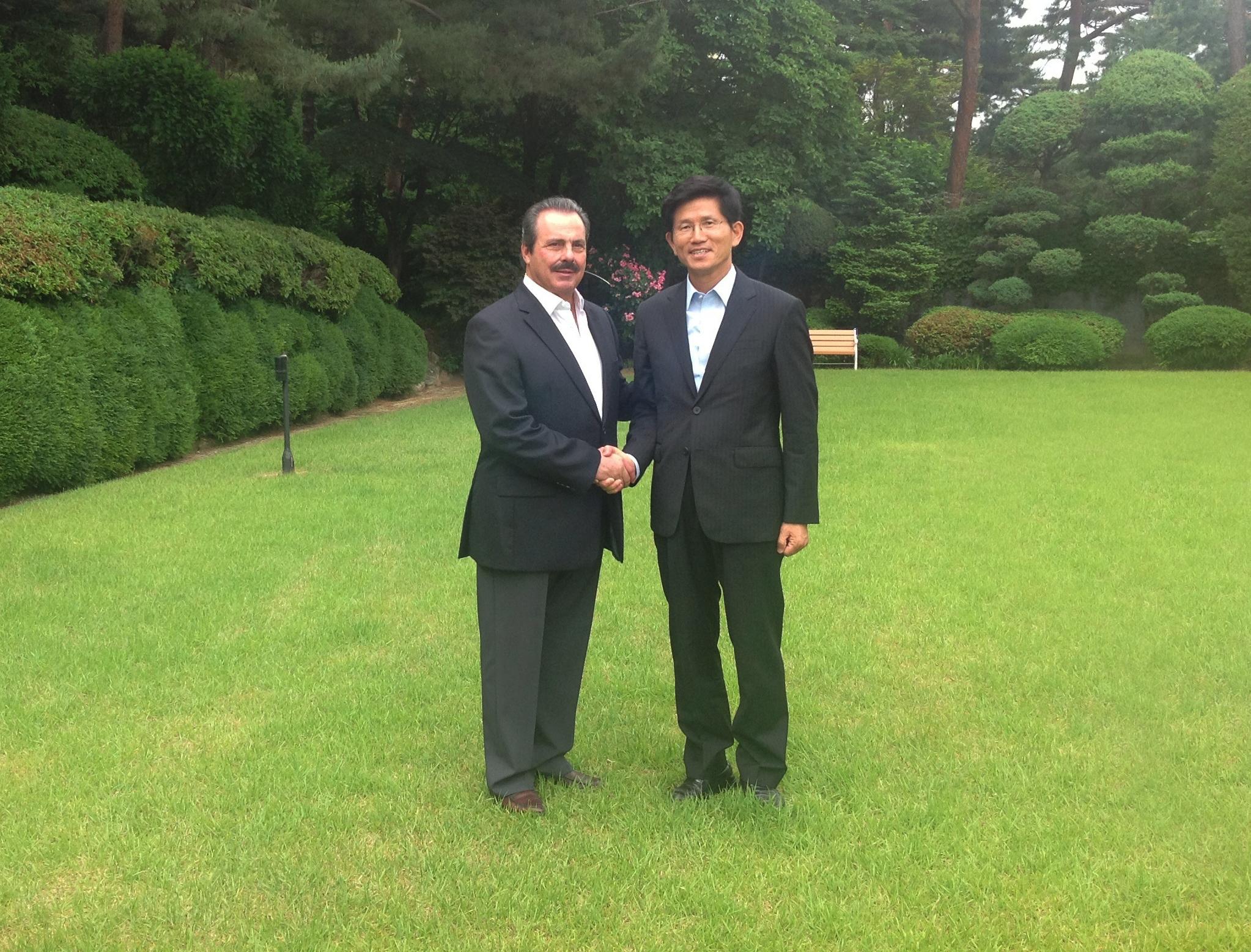 Durante su último día de actividades por Corea del Sur, Martínez y Martínez sostuvo un encuentro con el secretario ejecutivo para Asuntos Económicos de este país, Cho Wong-dong.
