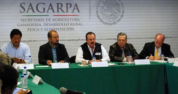 El secretario Enrique Martínez y Martínez y líderes del CAP, CONORP y CNC