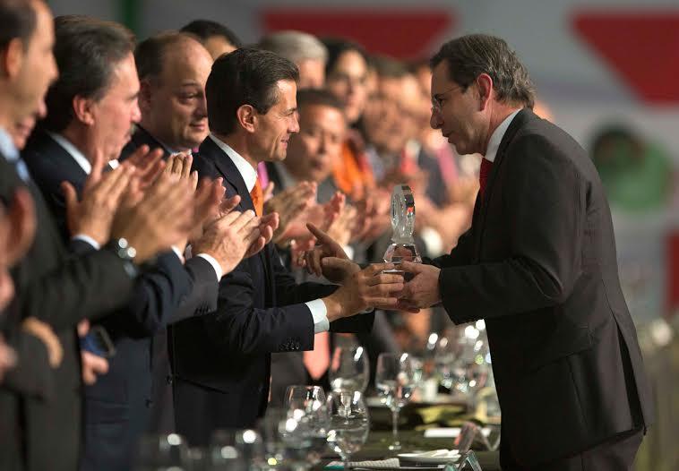 """""""Son ustedes actores fundamentales en la construcción del México democrático que hemos venido consolidando como sociedad. Sin ustedes eso no hubiera sido posible"""": EPN"""