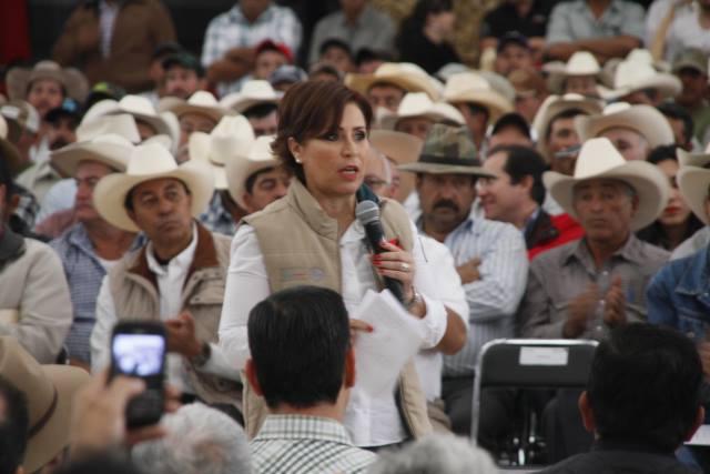 Queremos caminar junto a ustedes para ver la leche en la mesa de los más pobres, no tirada, dijo la secretaria de Desarrollo Social, Rosario Robles Berlanga, a productores jaliscienses