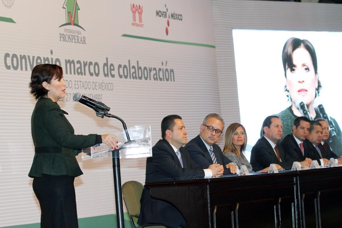 Rosario Robles, titular de SEDATU en el pódium durante su mensaje dirigido al gobernador del Estado de México, Eruviel, así como funcionarios y beneficiarios en programas que beneficiarán a los mexiquenses.