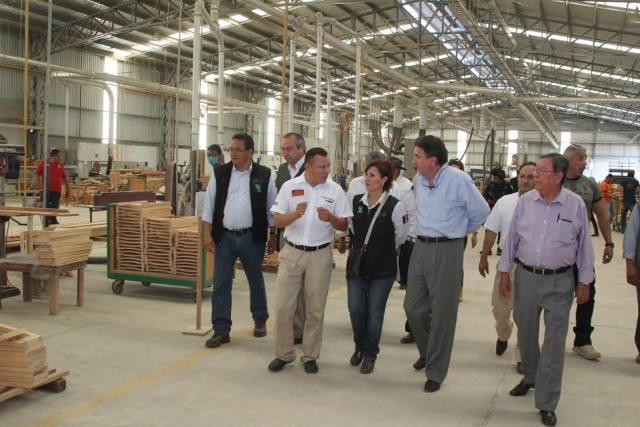 La titular de la Sedesol visitó la fábrica de muebles de la Unión de Ejidos Forestales, la cual se encargará de la elaboración de 12 mil muebles para  las escuelas que son rehabilitadas por el Inifed