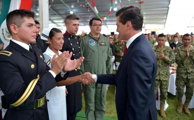 President Enrique Peña Nieto congratulates those who participated in the military parade.