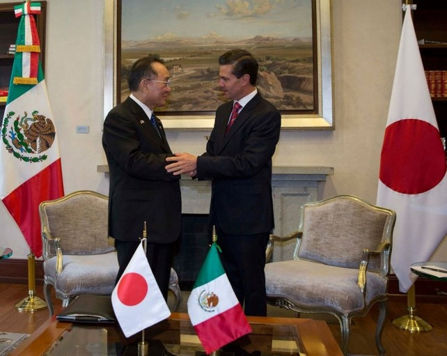 At the official residence of Los Pinos, President Enrique Peña Nieto received President of the House of Councilors of Japan, Masaaki Yamazaki, the leader of a delegation of Japanese legislators currently visiting Mexico.