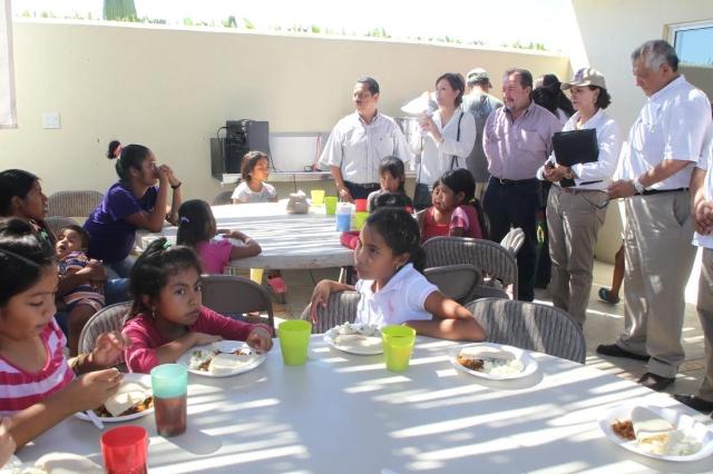 """Los 38 comedores comunitarios en la entidad han servido más de 100 mil raciones a la población afectada por """"Odile""""."""