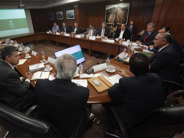Encabeza secretario José Calzada Rovirosa encuentro con representantes de fabricantes de tractores en México.