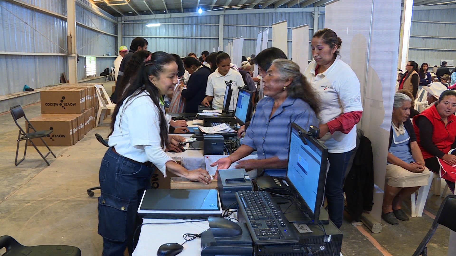 Entrega SCT la televisión 8 millones a beneficiaria de la Sierra Norte de Puebla