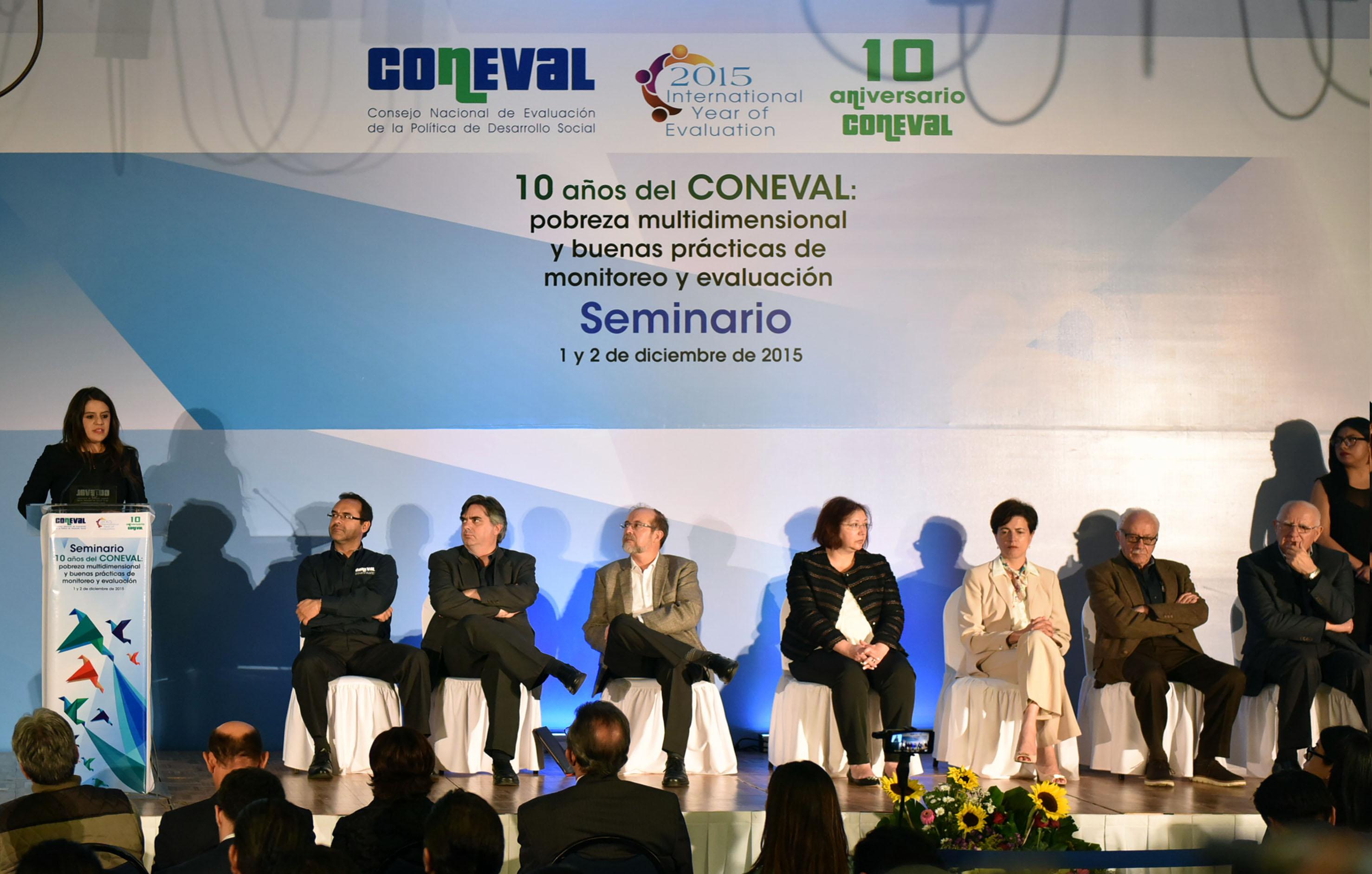 La directora general de Coordinación Intersecretarial de esta Secretaría, Eunice Rendón Cárdenas, durante el reconocimiento del CONEVAL por aplicación de buenas prácticas en la APF