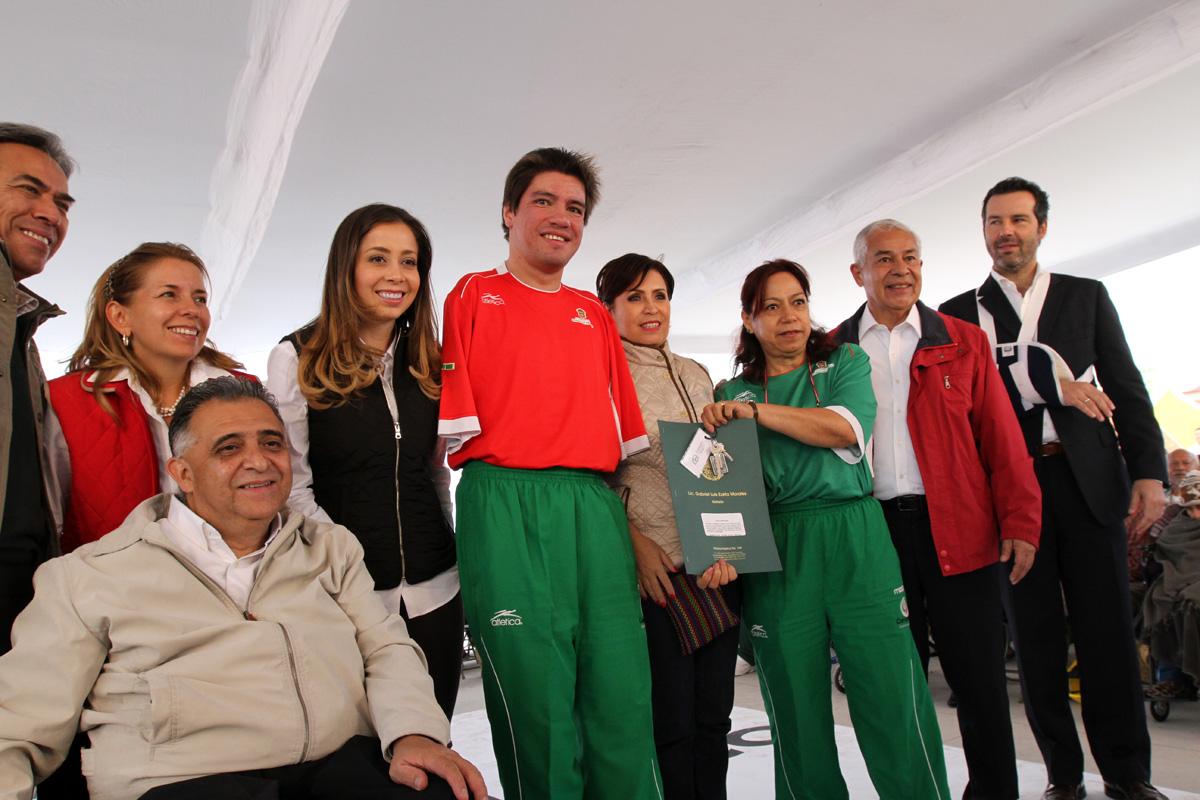 La secretaria de Desarrollo Agrario, Territorial y Urbano, Rosario Robles Berlanga, entrega a medallistas paralímpicos las llaves de una vivienda que ha sido adecuada a sus necesidades especiales.