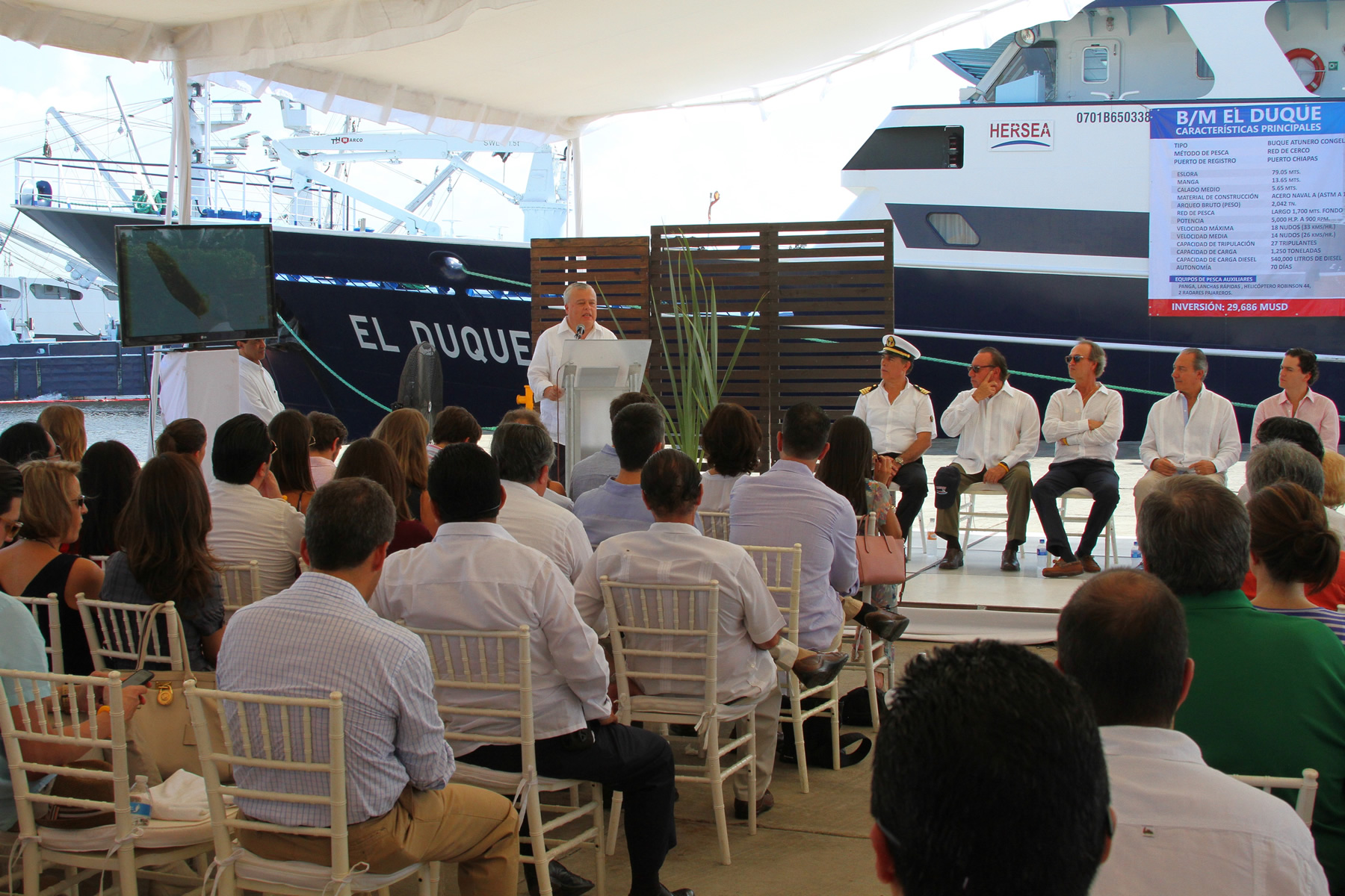 """El comisionado nacional de Acuacultura y Pesca, Mario Aguilar Sánchez, atestiguó la ceremonia de abanderamiento del barco atunero """"El Duque"""", uno de los más modernos."""