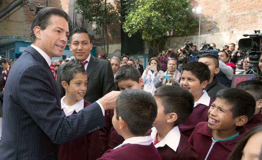 El Primer Mandatario visitó la Escuela Primaria Rodolfo Menéndez, en el Centro Histórico de la Ciudad de México.