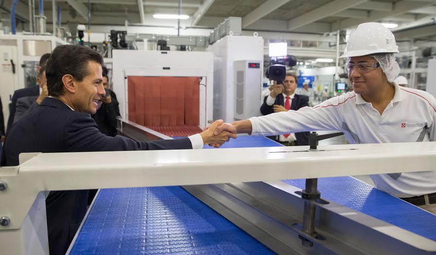 El Primer Mandatario recorrió la nueva fábrica de Nestlé Purina, en donde dialogó con los trabajadores, en su mayoría jóvenes.