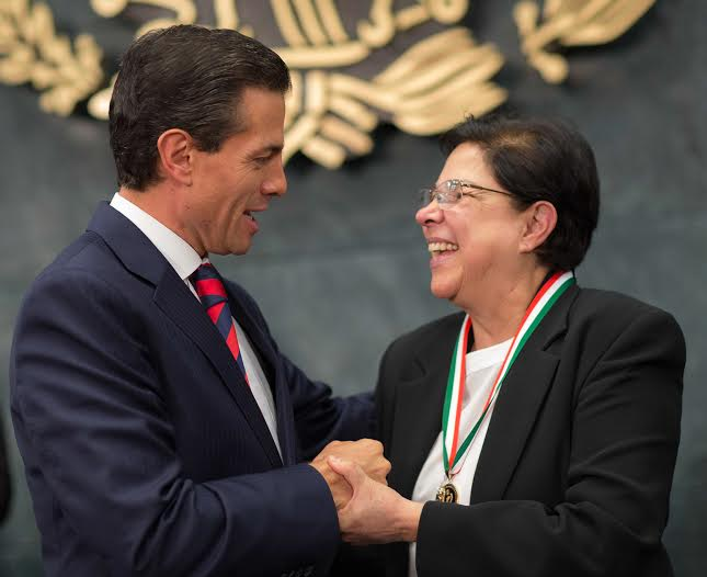 """The President presented the National Human Rights Prize 2015 to Sister Consuelo Morales, with whom he met prior to the event, for her, """"Tireless work in defense of the victims and the search for missing persons."""""""