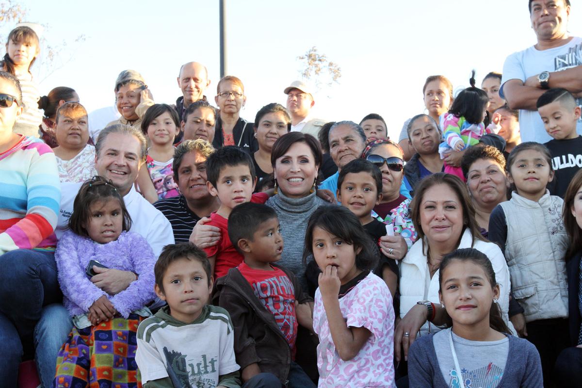La Titular de la SEDATU, Rosario Robles comparte experiencias con mujeres y sus familias de la zona reconstruida y rehabilitada de diferentes colonias afectadas por el huracán de mayo pasado en Ciudad Acuña, Coahuila.