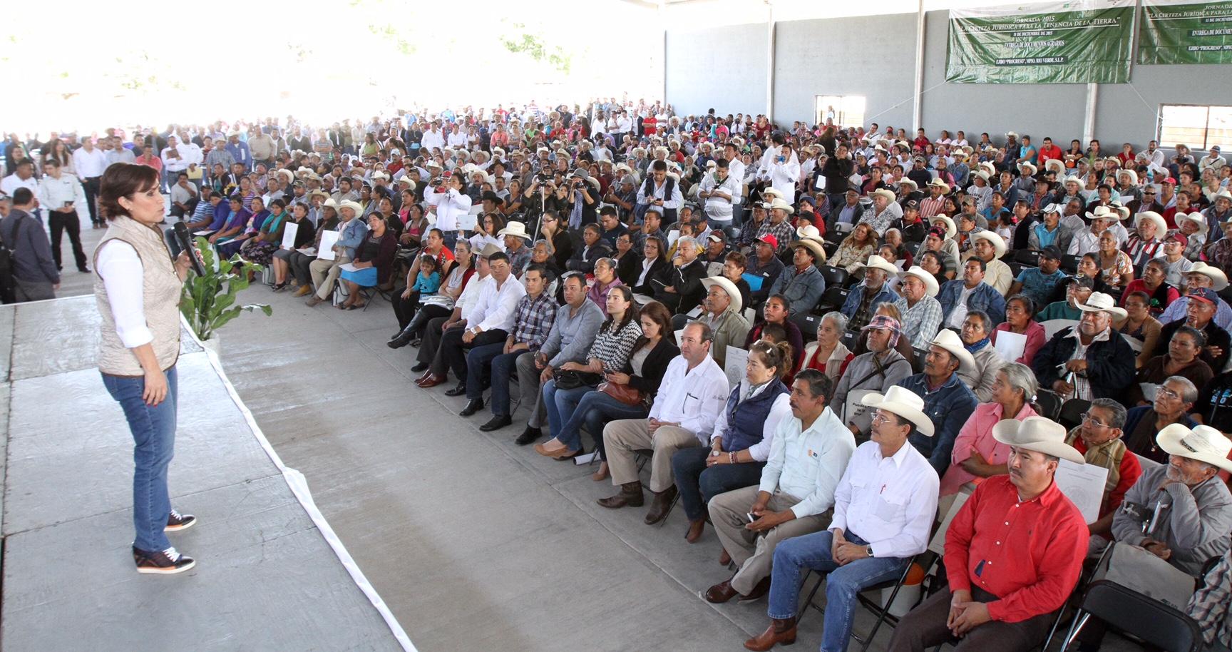 La titular de la SEDATU, Rosario Robles, acompañada por el gobernador de la entidad, Juan Manuel Carreras, funcionarios de la Secretaría, del RAN, así como diputados y representantes del sector agrario, ante asistentes beneficiarios.