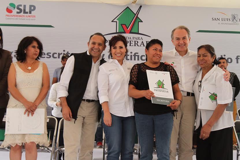 La titular de la SEDATU interactuando con beneficiarias con la entrega de certificados de apoyo en la modalidad de ampliación de recámaras.