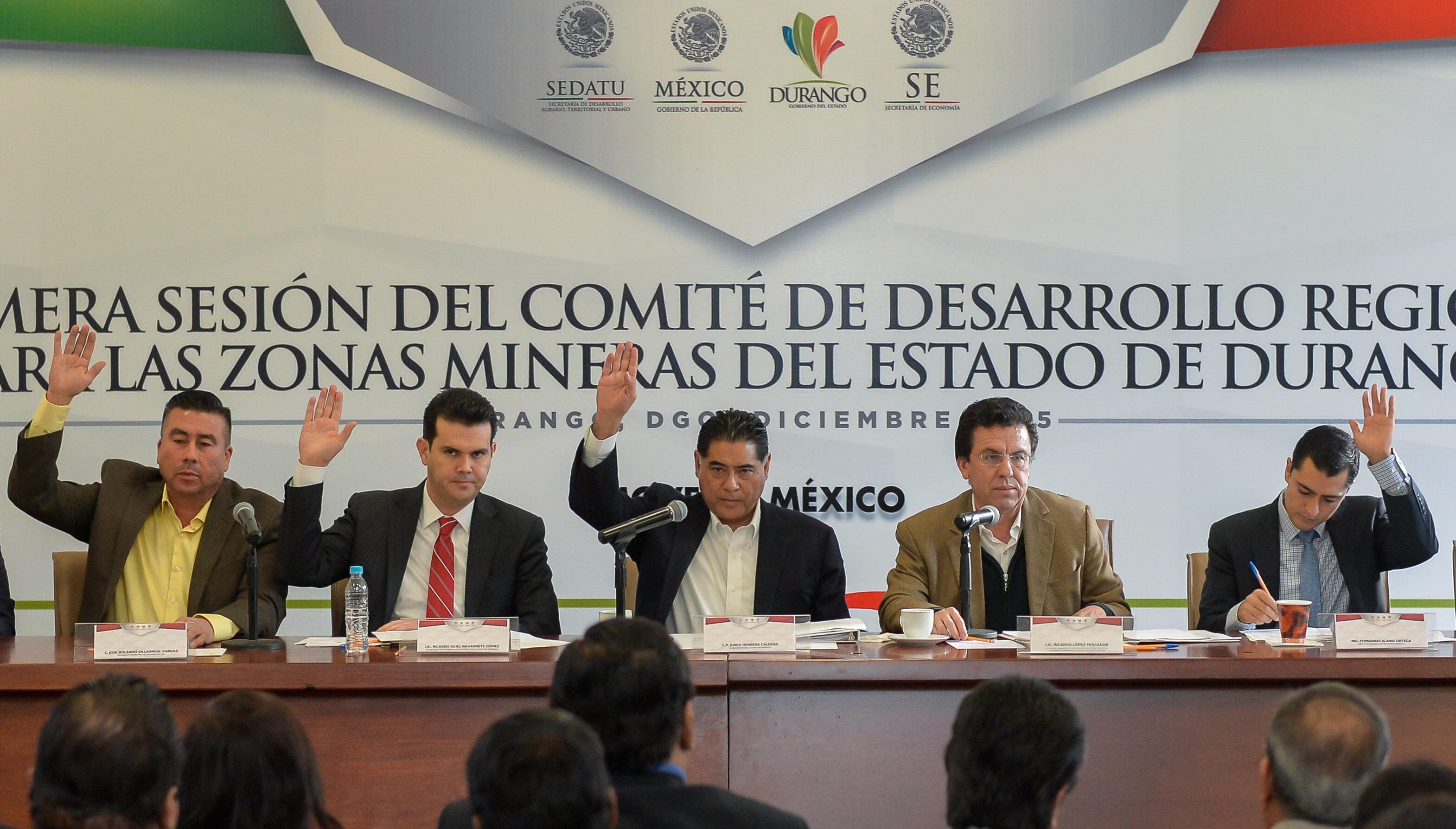 Integrantes del Comité para el Desarrollo Regional de las Zonas Mineras de Durango durante la votación para asignación de recursos para obras sociales.