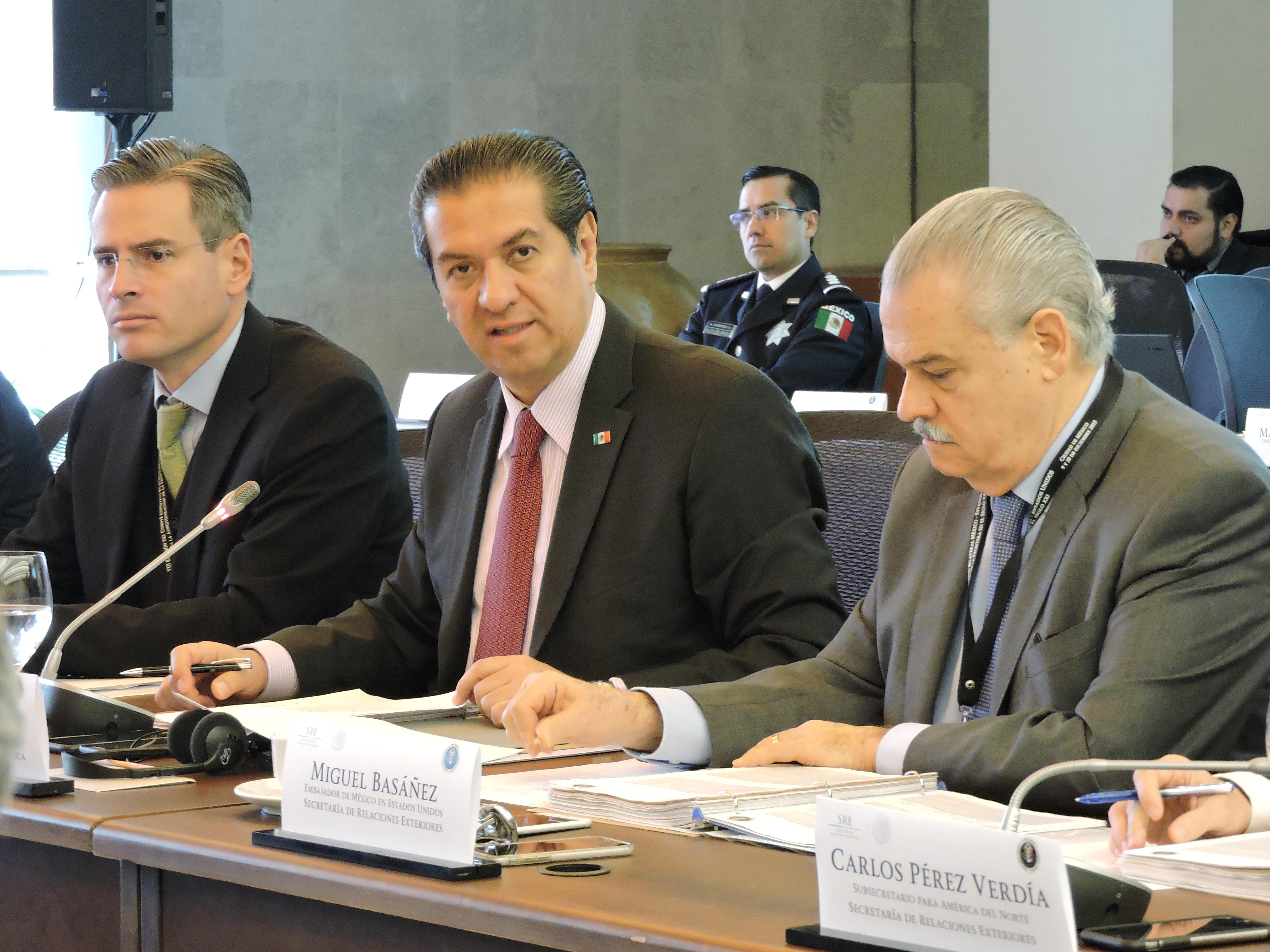 Subprocurador Jurídico y de Asuntos Internacionales de la PGR, José Alberto Rodríguez Calderón; Carlos Pérez Verdía, Subsecretario de Relaciones Exteriores y el embajador Miguel Basáñez