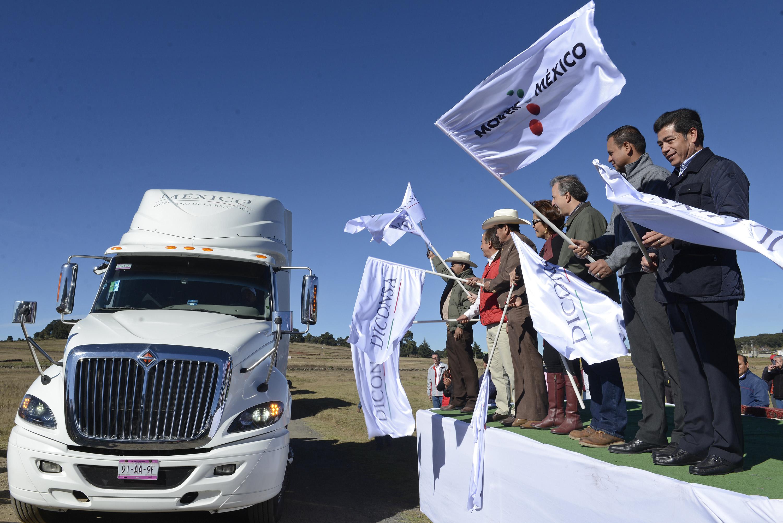 Da secretario José Antonio Meade Kuribreña banderazo de salida a 70 vehículos nuevos de transporte para DICONSA en Jilotepec, Estado de México.