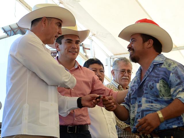 El secretario José Calzada Rovirosa encabezó la entrega de equipo palmicultores y supervisó el inicio de pruebas de una planta extractora.