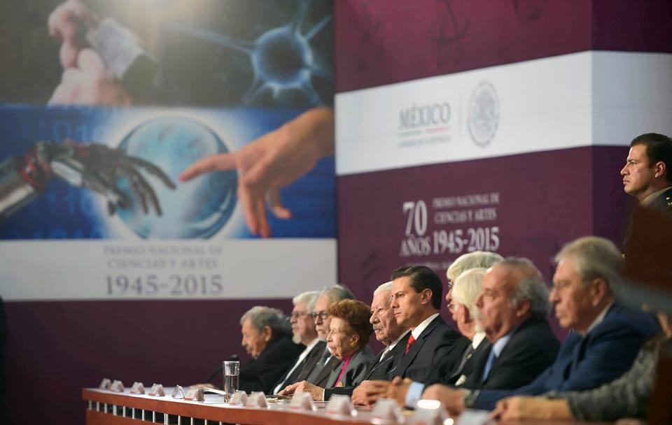 El Primer Mandatario entregó el Premio Nacional de Ciencias y Artes 2015 a 13 galardonados.