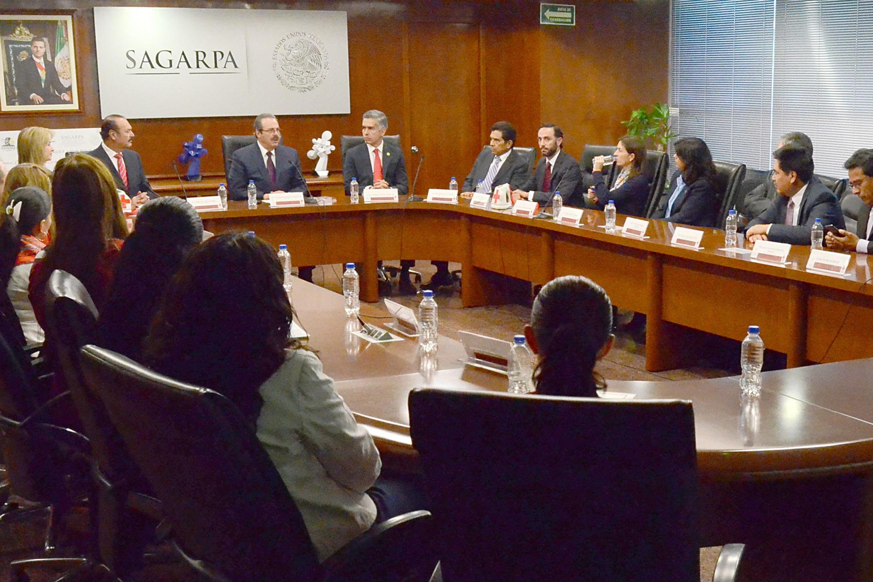 Entrega Sindicato Nacional de la SAGARPA donativo económico a la Cruz Roja Mexicana.