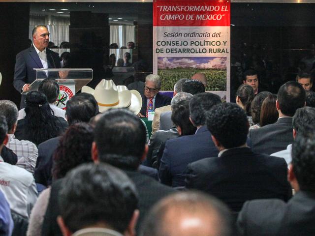 El titular de la SAGARPA, José Calzada Rovirosa, durante la Sesión Ordinaria del Consejo Político y de Desarrollo Rural de la Confederación Nacional Campesina (CNC).