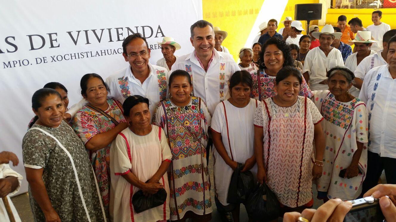 Cientos de beneficiarios en la entrega de certificados y unidades básicas de Vivienda Digna.