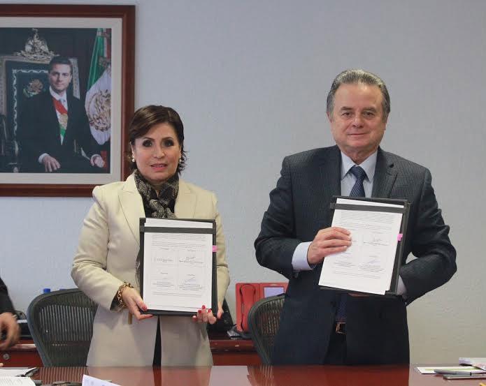 La Titular de SEDATU, Rosario Robles Berlanga, con el titular de SENER, Pedro Joaquín Coldwell, en la firma de un convenio de colaboración.