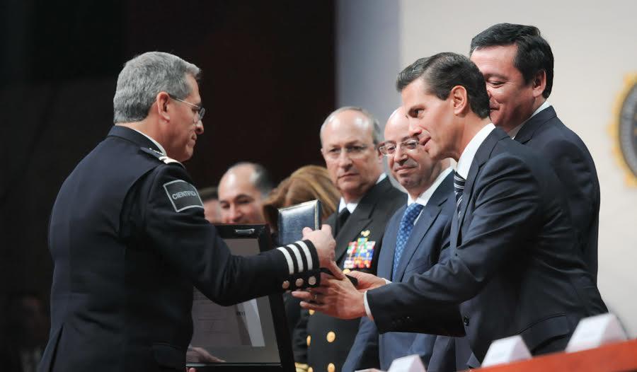 Al encabezar la entrega de reconocimientos a miembros destacados de la Policía Federal, el Presidente Enrique Peña Nieto anunció apoyos en vivienda y educación para sus hijos.
