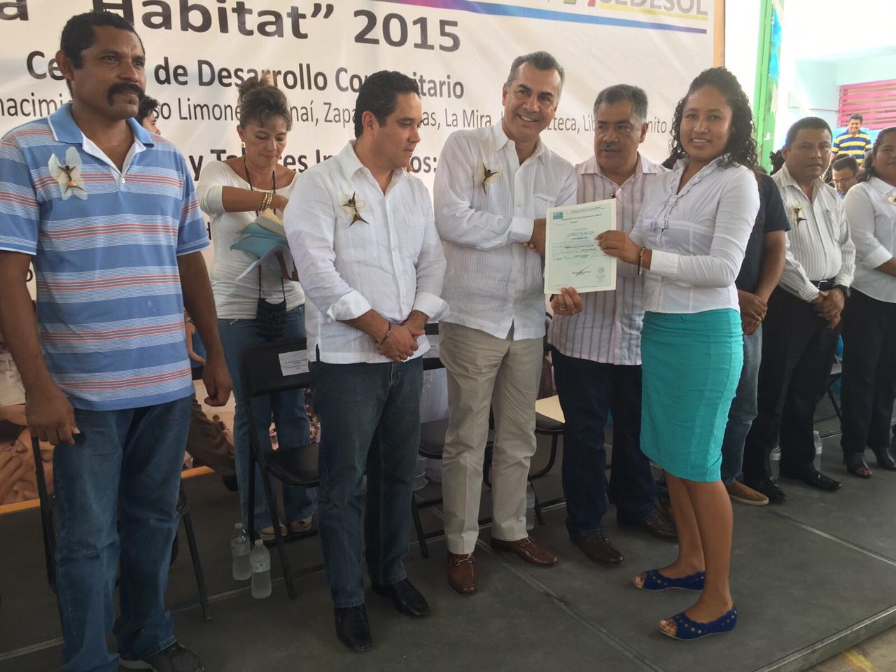 El delegado en Guerrero entrega reconocimientos a los beneficiados del programa Hábitat.